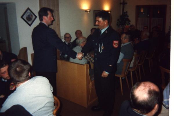 Der ehemalige Kommandant Regler übergibt an den neuen Kommandanten Weimann die aktive Wehr