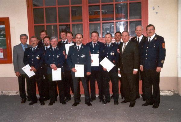 Die geehrten aktiven Feuerwehrmänner der Gemeinde zusammen mit Führungskräften, Bürgermeister und Landrat