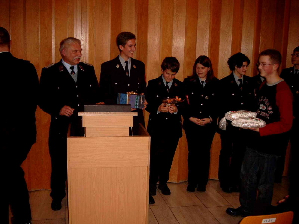 Die Jugendfeuerwehr bei der Übergabe der Gastgeschenke von der FF Scheibenberg