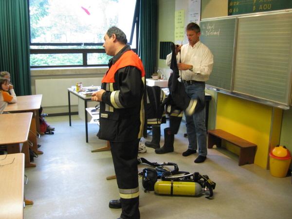 Stellv. Kommandant Vogel erklärt die Schutzausrüstung eines Atemschutzträgers