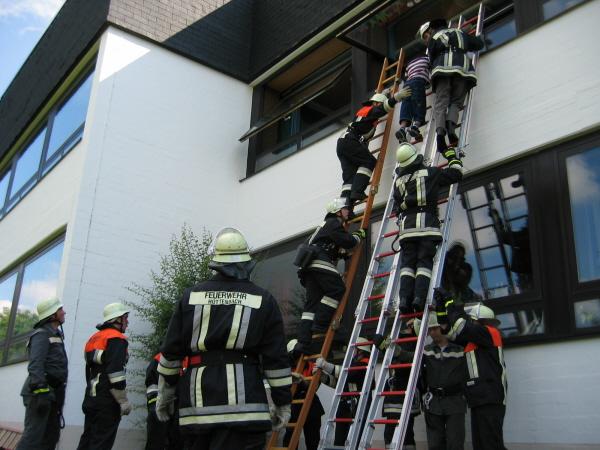 Schüler werden über Leitern gerettet