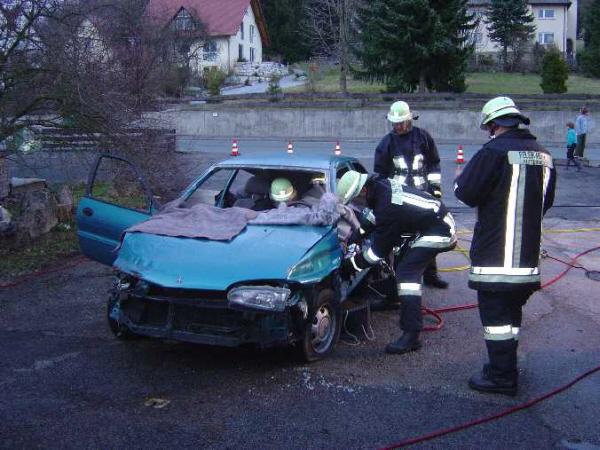 Arbeiten am verunfallten Fahrzeug