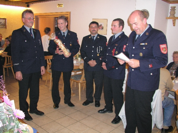 Hans Zitzmann zusammen mit der Führung der Feuerwehr